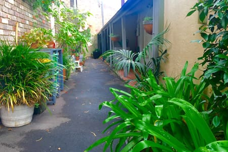 Cosy Paddington Cottage + Fast WIFI(close to CBD) - Paddington - Apartment