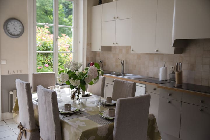 La cuisine du Château entièrement équipée avec accès direct sur la terrasse du Parc.