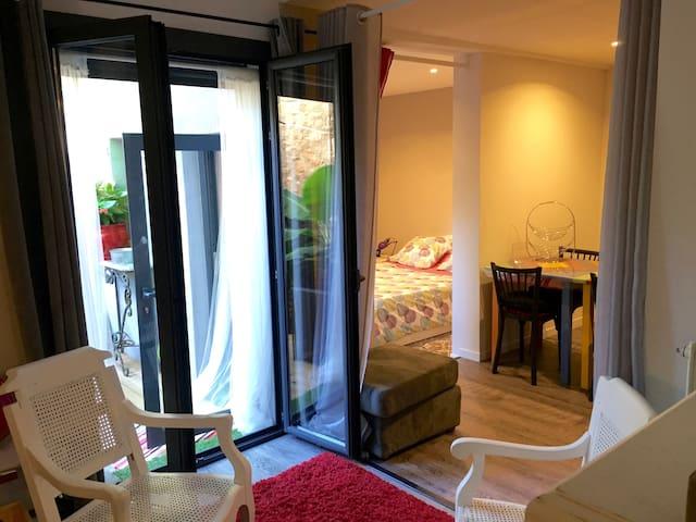 Appartement cosy, rénové, tout confort avec patio