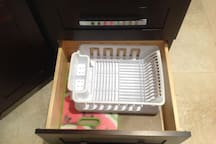 dish drainer and Teflon base to cut meats and vegetables and others (Important not to store anything in the gabbies that are wet or with water)