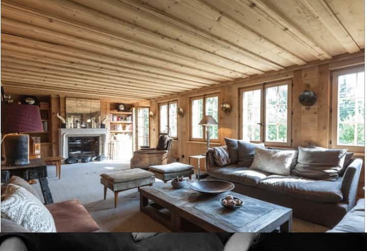 Luxurious Chalet with Hot Tub right next to Gstaad