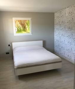 Grande Chambre avec salle de bain et WC privés. - Saint-Gély-du-Fesc