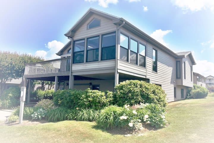 Modern Luxurious Lake House- Prestigious Community - Dewittville - Haus