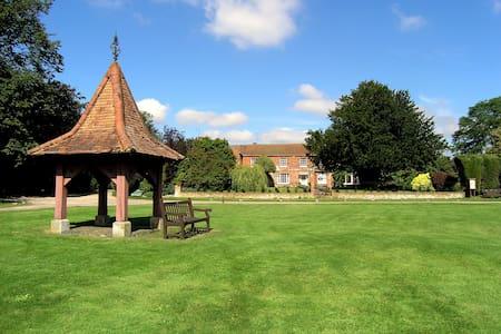 Family Home in Quintessential English Village - Hannington - Hus