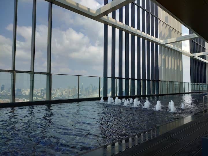 Rooftop pool, gym, luxury cozy 1BR  BTS phromphong