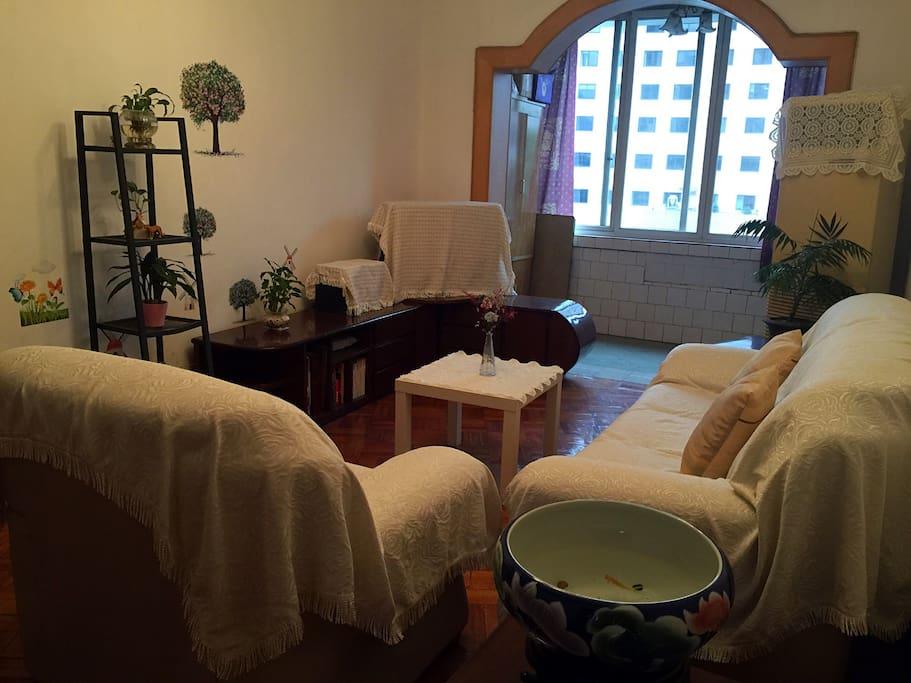 舒适的客厅,一家人在一起看电视、聊天、吃零食,齐乐融融……