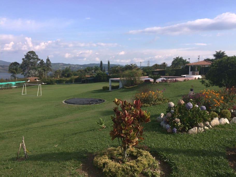 cancha de fútbol, Trampolín y zonas verdes.
