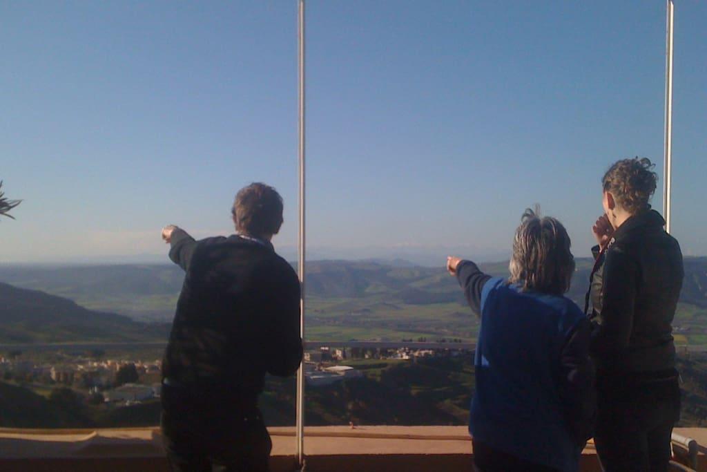 Torre Vetere domina la valle. Una vista a 360°. Da un lato Matera a pochi chilometri, il Monte Pollino e il mar Jonio da Metaponto a Taranto