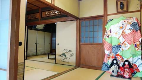 """古民家の宿""""かしの木庵"""" 広々とした純和風の一軒家 美しい庭と日本人形や着物を展示 駅から3分"""