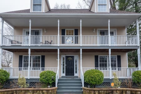 Annapolis home with many amenities