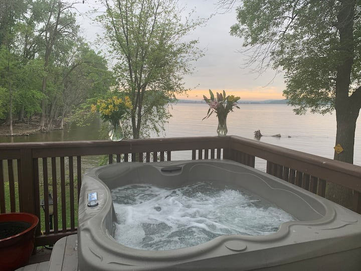 Lux Riverfront, Lrg Deck, Winter HotTub &Fireplace