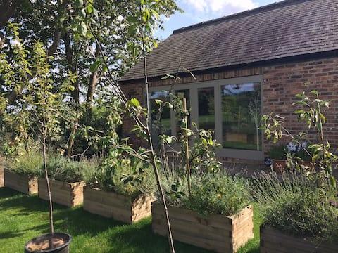 Spacious Garden Studio Flat@The Old School