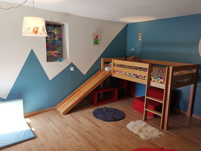 Chambre enfant avec un lit simple... Pouvant facilement accueillir un deuxième matelas. Les chambres de la maison situées en rez de jardin bénéficient d'une fraîcheur naturelle, très agréable en saison chaude.