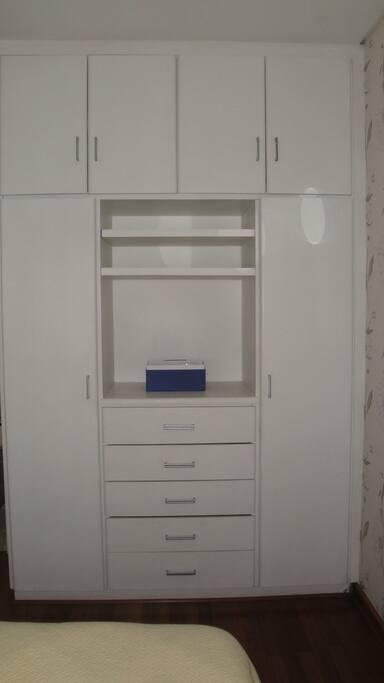 armário com gavetas.