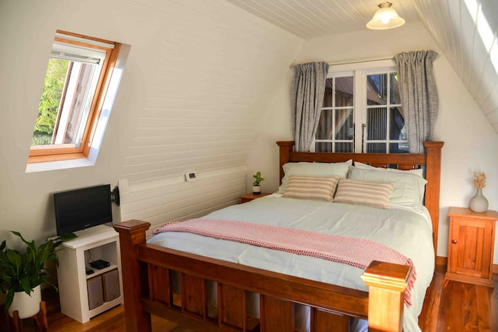 Our comfortable queen-side bed. Linen, including all bedding and towels, is provided.. Complimentary WiFi and SkyTV (including sport channels).