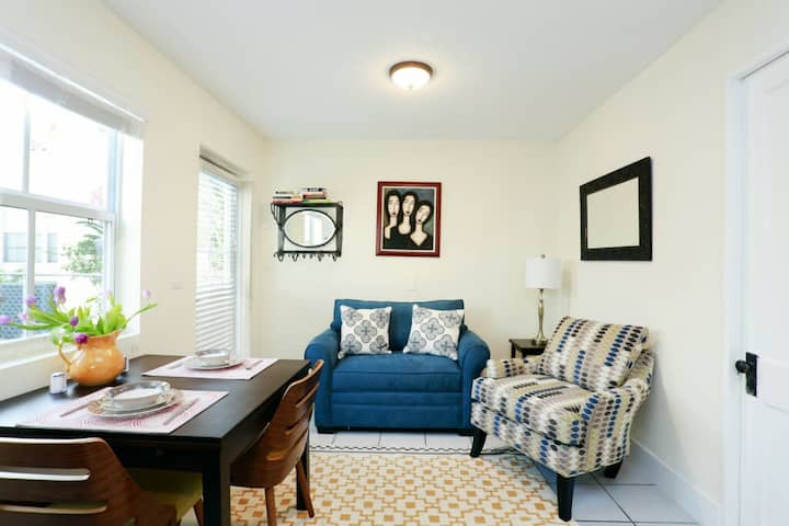 Charming Cottage w/Full Kitchen & Private Entrance