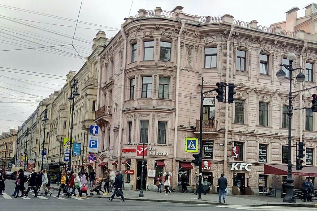 Моя квартира находится в доме 96 на Главной улице Санкт-Петербурга , Невском проспекте.