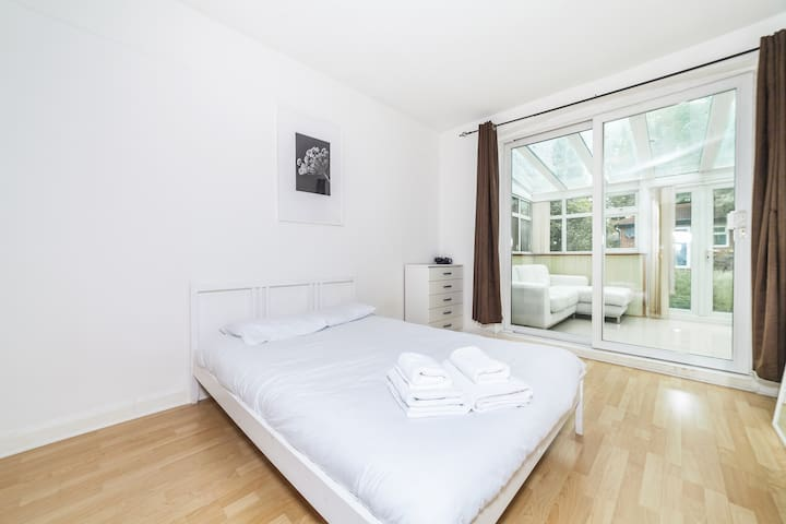Stunning double bedroom in Lingwell Road by Allô Housing