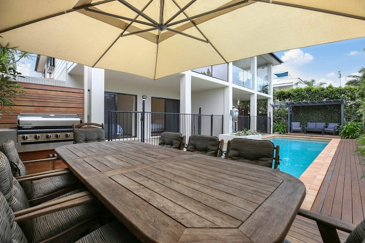 IDEAL NOOSA 2: modern, pool, views, 300m to beach