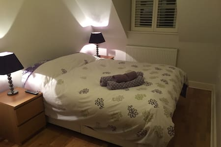 Large double with private bathroom - Bures