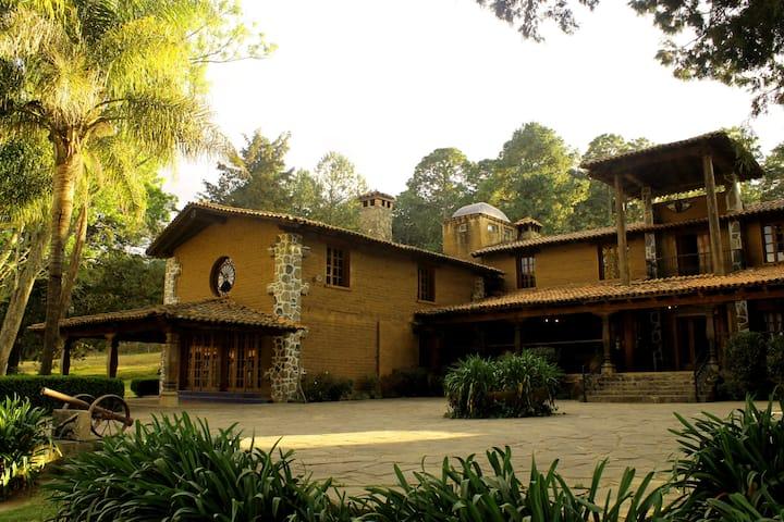 House in the Woods/Casa en el Bosqu