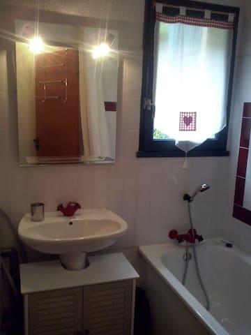 Salle de bain avec lave linge