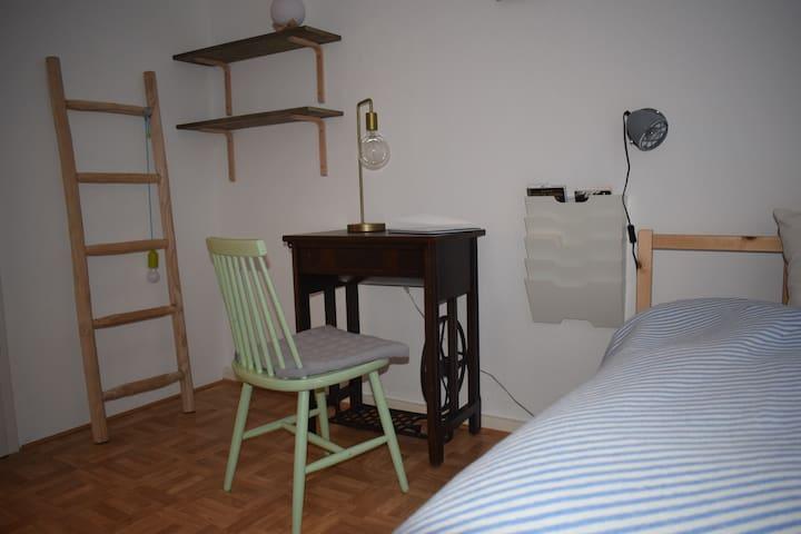 Charmantes Gästezimmer in Altbau-Wohnung