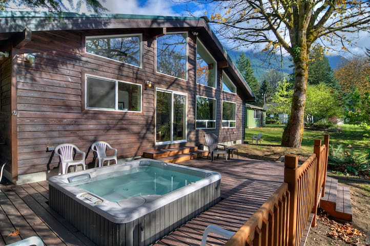 BARING BEND LODGE - River w Hot Tub! - Baring - House