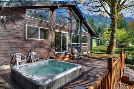 BARING BEND LODGE - River w Hot Tub! - Baring