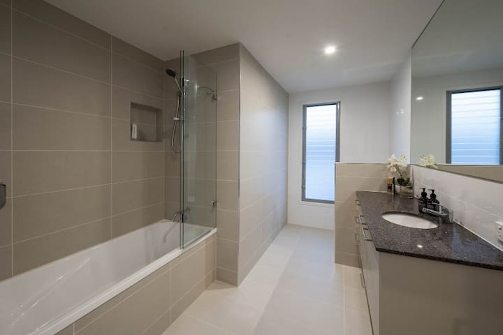 Luxury Private Room w Pool in Central Brisbane!