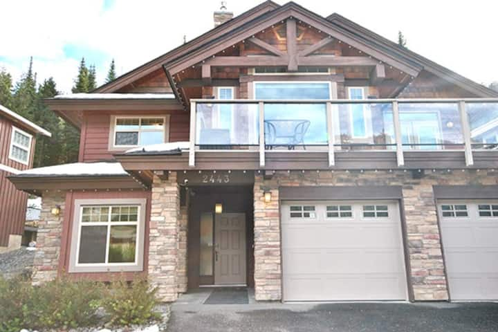 White Pines Chalet 5 bed/3 bath HT ski in/out