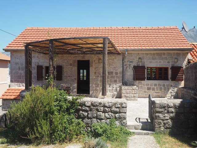 Traditional stone Villa with pool - Ljesevici - Huis