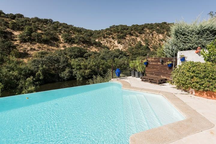Casa con vistas, jardín y piscina
