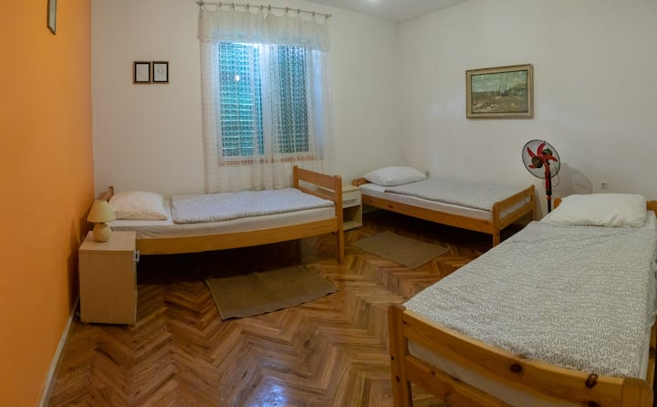 Green Hostel Bed in NO.8 Room With Three Beds