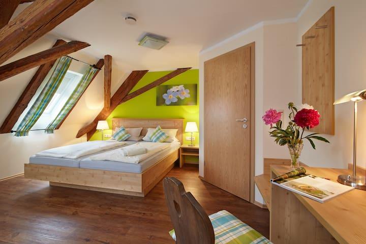 Gasthof Goldenes Rössle (Dinkelsbühl), Familienzimmer mit 2 Schlafräumen und Fernseher