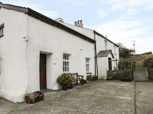 FELLSIDE COTTAGE, pet friendly, with a garden in Coniston, Ref 972640