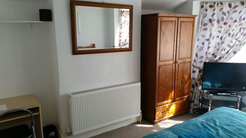 Large Double Room in North Portsmouth - Portsmouth  - Casa