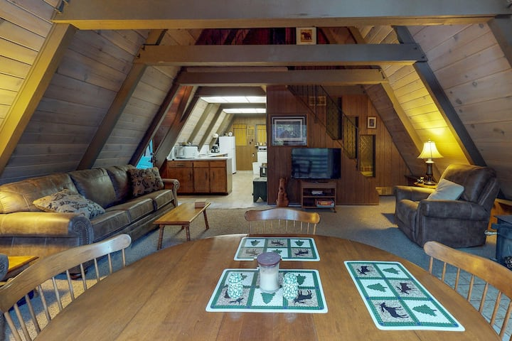 Charming A-Frame with a furnished deck - close to the village, hiking, & skiing