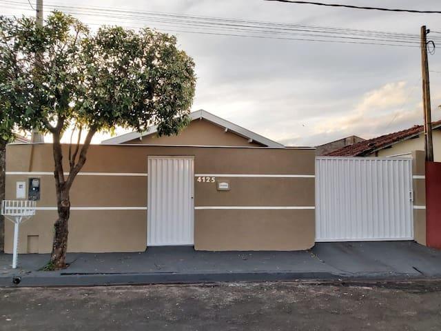 Casa com piscina na estância de Pereira Barreto.
