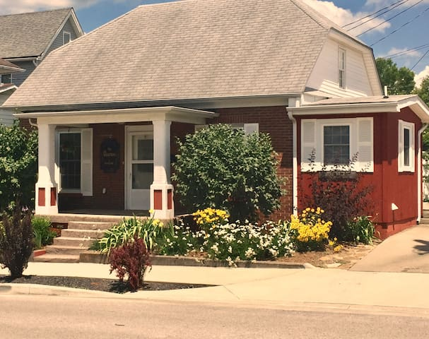 Charming, Cozy Cottage - Downtown French Lick.