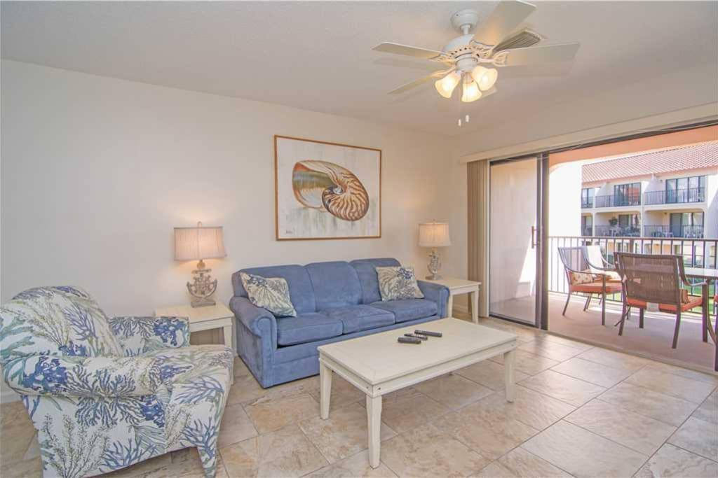 Great Space - The living room furnishings are comfortable, the view is spectacular, and the Florida experience is just around the