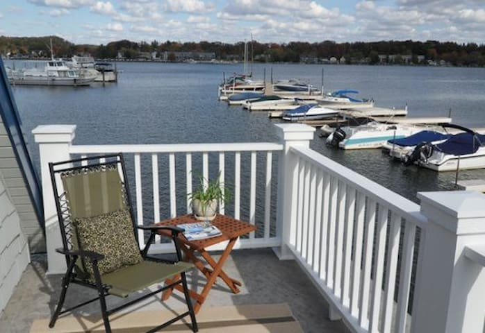Floating Cottage: Experience the joy of life on a houseboat located on the Saugatuck Harbor