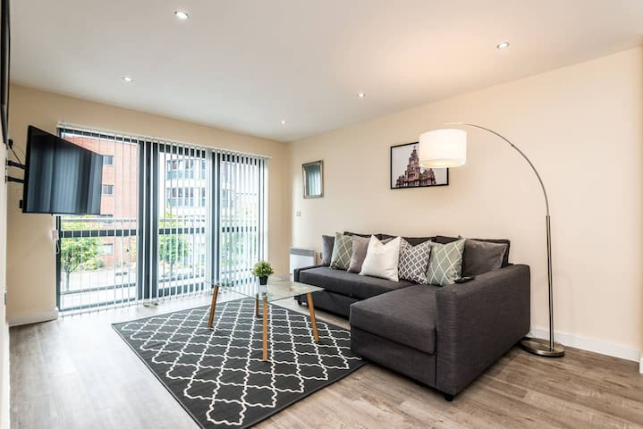 Modern, large 2 double bedroom flat with Parking