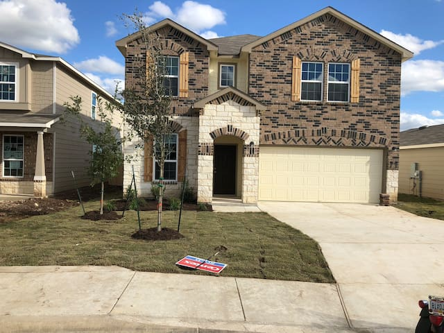 Cozy Bedroom just 20 Minutes from Lackland