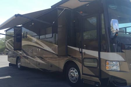 Luxury RV  2014 Tiffin QRA - 4 Slides Sleeps 6 - Farmersville