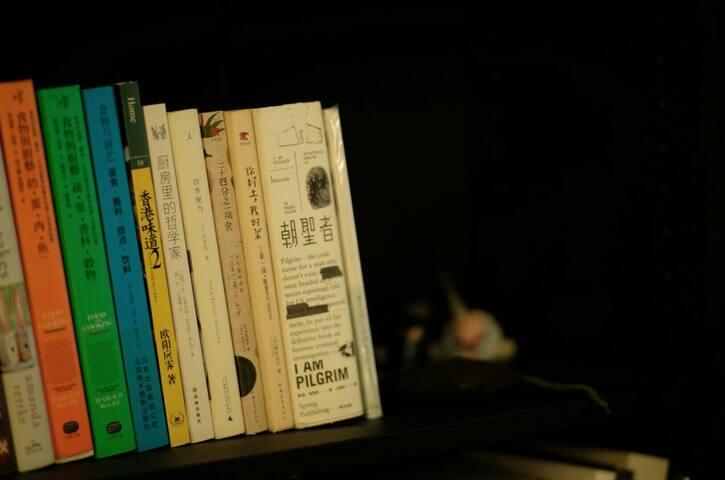 满满书柜的藏书&请好好珍惜入住时与它们共度的时光