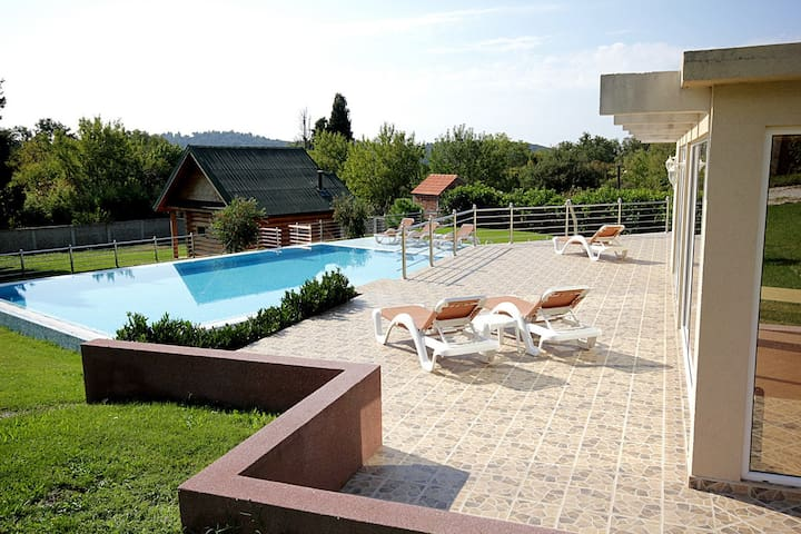 Вилла с большим бассейном - Sutomore - Villa