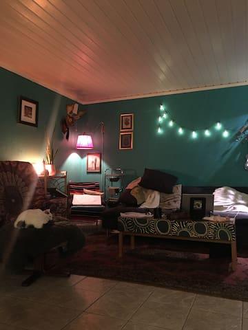 trivelig fargerikt hus, nydelig beliggenhet.