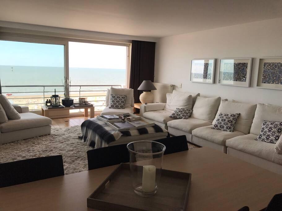 Un très grand salon vue sur mer. Grand canapé de 7 places et 2 de une place