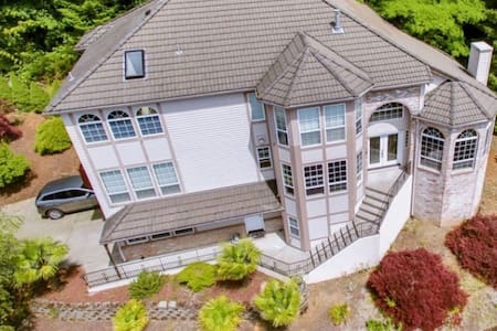 Beautiful home with amazing panoramic View of PDX